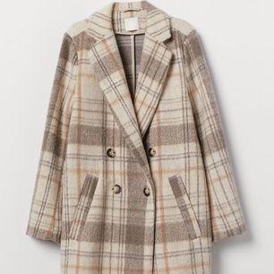 Snygg beige kappa från H&m. Storlek 34 men är lite oversized så passar även en 36. Fungerar som både vinterkappa och till våren. Jag har använt den till båda! Buda från 250kr.