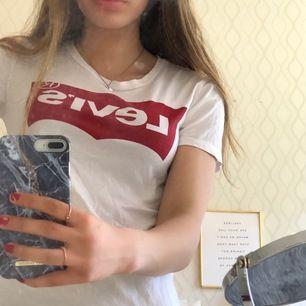 Vit t shirt från levis i storlek xs. Inte alls använd mycket och är alltså i bra skick❤️ frakt 15kr