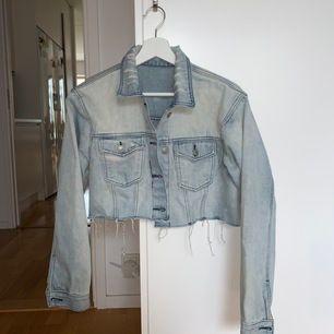 Nice jeansjacka köpt för några månader sedan från NAKD men fick aldrig mycket användning, sliten modell med snygga detaljer - 175kr + frakt 💗💗