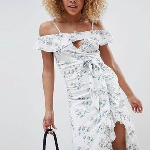 Blommigt set köpt på ASOS från märket Glamorous bestående av en knyt-croptop & en kjol med volang, samt slits. Från deras Petite-avdelning, nypris ca 800kr. Bara använts/tvättats 1 gång. Top i UK 6, kjol i UK 8. Finns i gbg, men kan skickas mot frakt