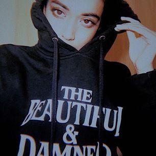 Säljer min snygga G-Eazy hoodie som jag köpt på en av hans konserter, superskönt material och i gott skick