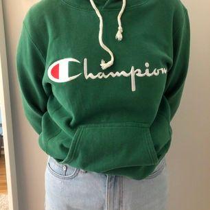En grön hoodie som är tjock i materialet men väldigt skön ! Buda