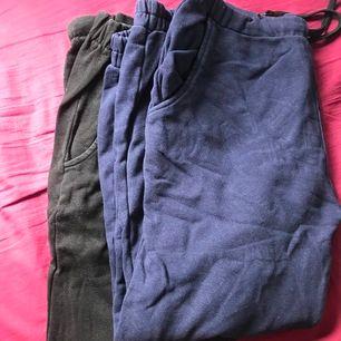 Två helt oanvända mjukisbyxor svart och marinblå. 2 för 100kr eller 50kr/styck passar någon som är lite kortare
