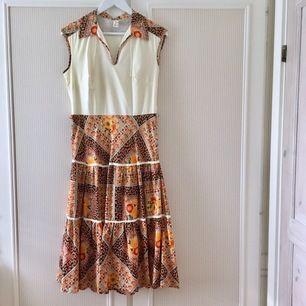 En av mina favoritklänningar, köpt på en liten vintage-butik i Lissabon. Formsydd, fantastiskt tyg med magiska kontraster och sitter så skönt. Med skärp (bild 2) och dragkedja i sidan. Mycket bra skick. Säljer pga använder mindre än den förtjänar.