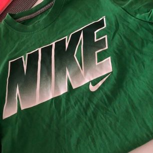 Nike T-shirt storlek 158-164, typ S