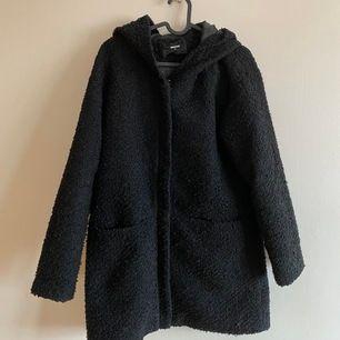 Enkel höst-/vinterkappa med luva.