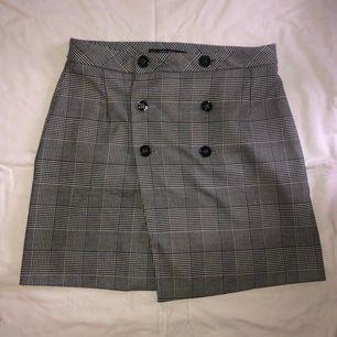 Rutig kjol från zara. Strl M. Köparen står för frakt.