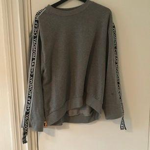 Grå oversize sweatshirt från cheap monday, inte använd så mycket,💕 köparen står för frakt