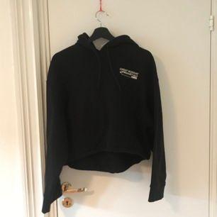 Croppad hoodie från cheap monday, väldigt stor storlek, xxs men passar mig med stl M💕 köparen står för frakt