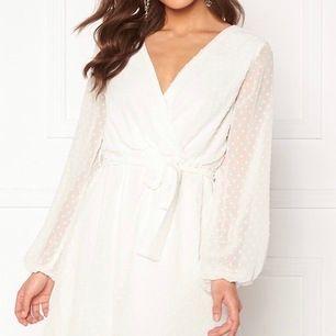 Vit klänning från Bubbleroom, (bild tagen därifrån). Använd 1 gång, strl 40. Köparen står för frakten.