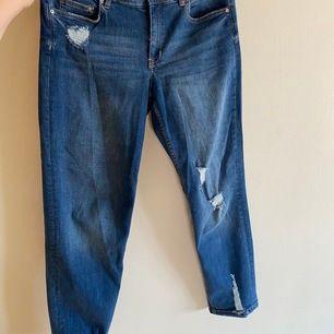 Slitna jeans i ett stretchiga material. Lågmidjade.