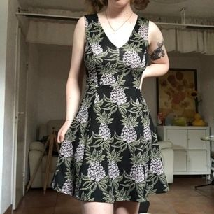 Annanasklänning! Från H&M! Mjuk och stretchig! Frakt tillkommer!