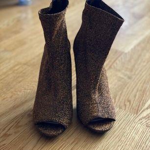 Helt nya skor i brun färg, perfekt till sommaren eller vår. Märke kommer från london.