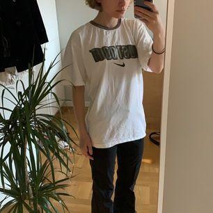 En JÄTTE snygg Nike t-shirt. Har en super najs retro känsla men ett super najs tryck. Skulle säga att den är L eller XL. På mig är den vädligt oversized! Bra skick!