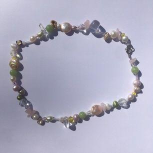 Superfint handgjort halsband med sötvattenpärlor, swarowski och bergskristall 🌸😊