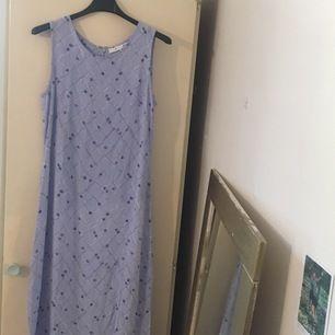 Tidlöst stilren långklänning från Åhléns, i väldigt fint skick! :) Säljes för att den tyvärr inte kommer till användning så ofta som jag skulle vilja. Storlek: 38, längden på klänningen är 126 cm. Budgivning i kommentarerna om flera visar intresse 🌸🌸🌸