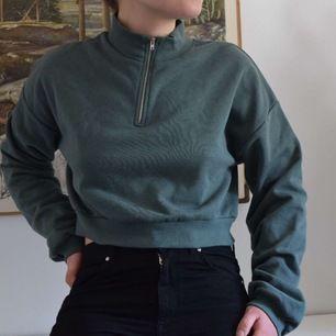 En cropped sweatshirt från Nelly i storlek L. Jag skulle säga att den är i storlek M eftersom jag brukar ha M. Ärmarna är lagom långa samt att den är väldigt cropped och därmed för liten för de som brukar ha storlek L tyvärr❤️Frakten kostar 45kr