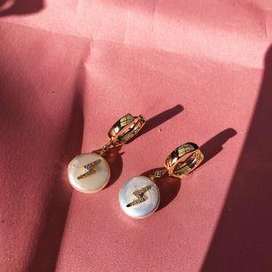 Guldpläterade hoops med sötvattenstenar och små guldblixtar med swarovskistenar⚡️ 230kr inkl frakt! För mer smycken checka in min insta @bonanza.jewels 🤩