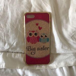 """Ett glittrigt mobilskal för iPhone 7 med texten """"big sister""""! Lite bortskrapad färg på sidan men utöver det ett bra skal. Köpt på glitter! Köparen står för frakten!"""