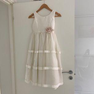 Klänning perfekt till bröllop eller liknande för barn runt 9-13 års åldern. Om du är intresserad så kan du gärna skriva så kan jag ta mått på klänningen. Kan mötas upp i Lund eller frakta.