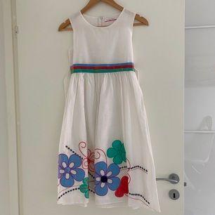 Klänning perfekt för barn som ska på bröllop eller liknande. Skriv gärna om du vill veta mer om mått osv. Kan mötas upp i Lund eller frakta.