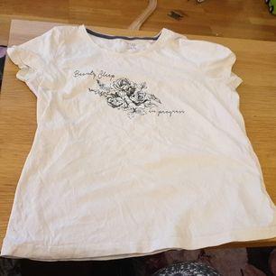 Söt T shirt aldrig använd strl 40/42. 40 kr gratis frakt