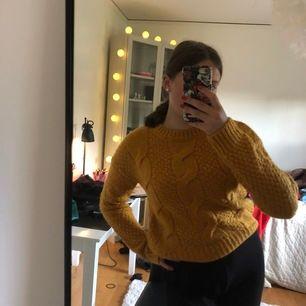Säljer denna mysiga stickade tröjan i storlek S. Aldrig använd. Köparen står för frakten