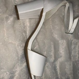 Vita klackskor, endast använda i några timmar. Nypris är 250 kr och säljs för 100 kr. Köparen står för frakt. Storlek 41 men passar 40