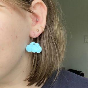 Supersöta molnörhängen! Finns i två olika storlekar, de små är i örat på bild! Frakt ingår i priset! ⭐️