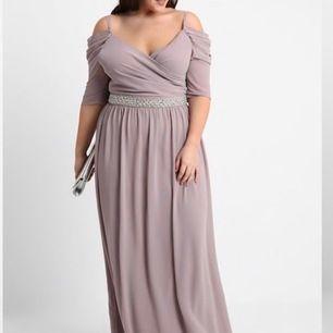 Vet att det är svårt att hitta fina klänningar i stora storlekar så säljer min egna balklänning(använd i max 5h) till någon fin människa där ute😊 Ljuslilla maxi klänning med halv ärmar och fin omlott vid brösten.Bättre bilder kan skickas. Nypris 1500