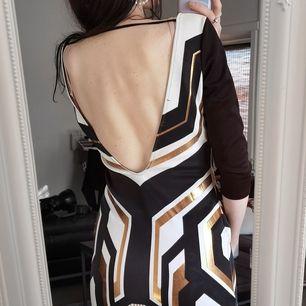 kläder storlek S. Cocktailklänning med öppen rygg. Brand A'gacci. Mina parametrar 88-68-96. Priset inkluderar inte fraktkostnader