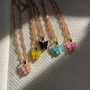 Fjäril halsband/ finns i dessa färger/ du får den för 95 ink frakten istället av 125 om du delar vår instgram konto /la.rushe/ i din story i 24 timmar