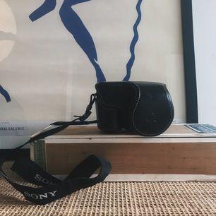Superfint kamerafodral i konstläder och så gott som i nyskick. Gjort för Sony Alpa-serien men passar säkerligen till andra kompakta systemkameror. På bilden sitter fodralet på en Sony A6000.   Kan hämtas i centrala sthlm eller skicka mot fraktkostnad.