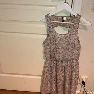 Klänning med blommor, denna klänning har ett resårband i midjan, så att den sitter ganska skönt. Den sitter både pösigt och snyggt.