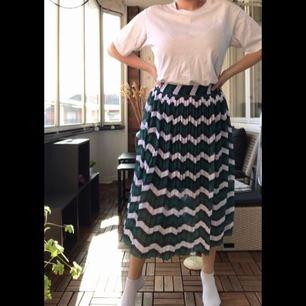Plisserad kjol från Pieces storlek S. Aldrig kommit till användning och prislappen är kvar. Kan mötas upp i Göteborg och Kungsbacka eller frakta.