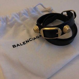 Jättefint svart läderarmband med gulddetaljer från Balenciaga! Dustbag och kartong finns! Det är i strolek M, dock så har jag gjort ett extra hål då det är väldigt litet i storleken! Det är i toppenskick!💕🙌🏼 pris kan diskuteras vid snabb affär