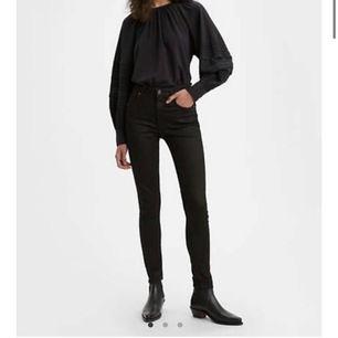 Super snygga Jeans från Levi's! Använda max 5 gånger och säljer för 563 kr!💖💖 Strl 26