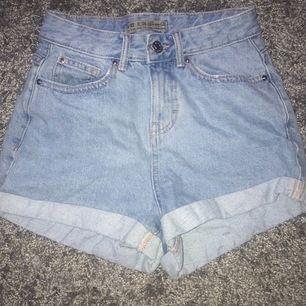 Ljusblåa jeansshorts som sitter fint :) skriv till mig för frågor eller annat🥰