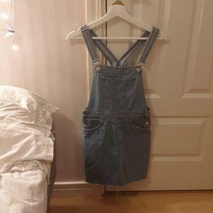 Säljer min super söta hängselklänning i blå jeans för den här blivit för liten. Köpt på h&m förra sommaren och har använt den 2-3 gånger. Skriv vid intresse💞