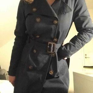 Jättefin marinblå kappa! 🐝 Perfekt uppknäppt till sommaren eller stängd till blåsiga dagar. :)