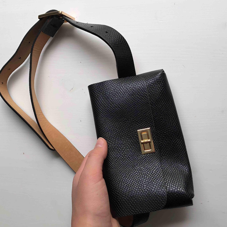 Så coolt bälte med en liten väska på! Kommer tyvärr inte till användning för mig :(( Köparen står för frakt🌍 Vill bli av med allt så fort som möjligt så kolla gärna in mina andra annonser också ✨🥰. Väskor.