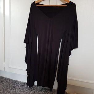 klänningen är från Nelly.com och är köpt för ca 3 år sedan, använd ett fåtal gånger så den är i gott skick. Sitter väldigt fint och lagom tajt runt kroppen.