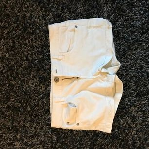 Jättesnygga korta vita Denim shorts till sommaren, storlek S🌸 Köparen står för frakten🌸