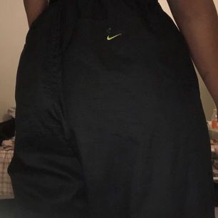 Nike TN trackpants med neon gröna detaljer