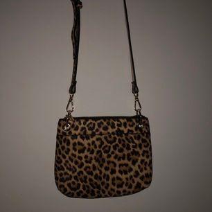 Jättefin leopardväska från Lindex. Aldrig använd. Tar endast swish och köparen står för frakten🥰