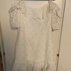 En helt ny klänning som aldrig är använd. Hade planerat att ha den på skolavslutningen men ångrade mig då jag inte längre vill ha klänning.