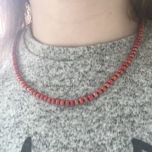 Säljer detta underbara handgjorda halsband. Bra kvalete osv. Fina glansiga mörkröda och svarta pärlor. Skriv till mig om du har några funderingar🌟🌊