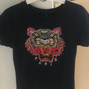 En svart kenzo tshirt som innan var en klänning men som jag klippte så det blev en tshirt!