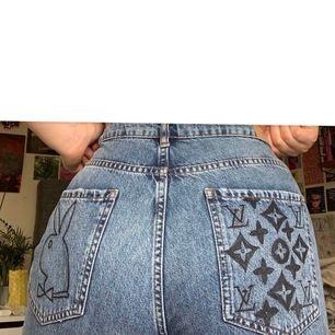 """jättesnygga jeans som jag ritat på! på knäna står det """"tyler i love you wanna be just like you"""" (tyler the creator referens). dem kommer från gina och är i boyfriend modell. storlek 44 men sitter bra oversized om man har mindre strl! helt oanvända:)"""