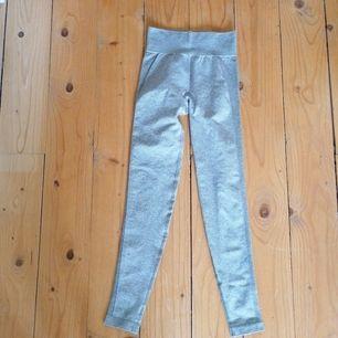 Gymshark flex high wasted khaki marl/taupe, endast använda 1 gång då storleken var för liten. priset är inkluderat frakt!👍